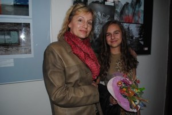 Drahoslava Zalaiová a Alžbetka Dlugošová. Učiteľka a ocenená žiačka.