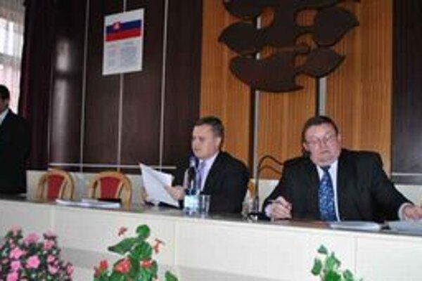 Primátor Ivan Solej (vpravo) odmieta porušenie zmluvy a zákonov.