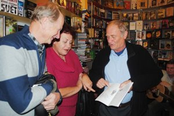 V Sodomkovom dome. Michal Kirschner ukazuje Kláre Dobákovej obrázok zdokonaleného typu nožnej práčky podľa Piláta.