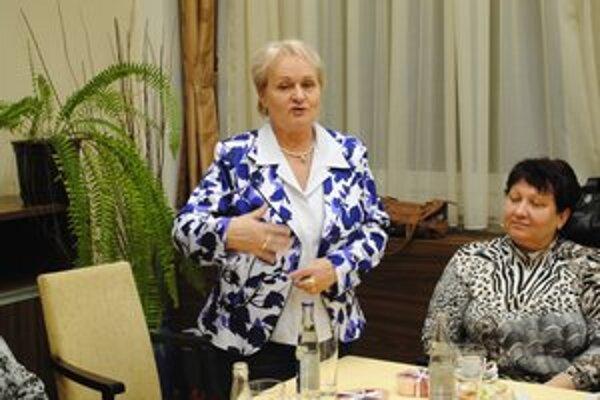 Anna Sovšáková. Epidemiologička prednášala o chrípke na stretnutí Klubu zamestnaných žien v Humennom.