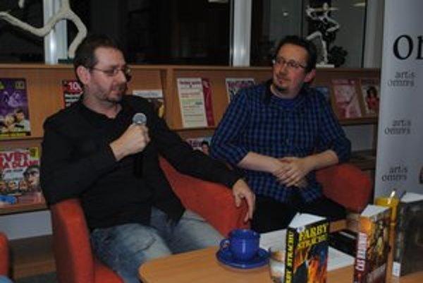 Autori na besede. Humenčan Jozef Girovský (vpravo) a Košičan Dušan Fabian.