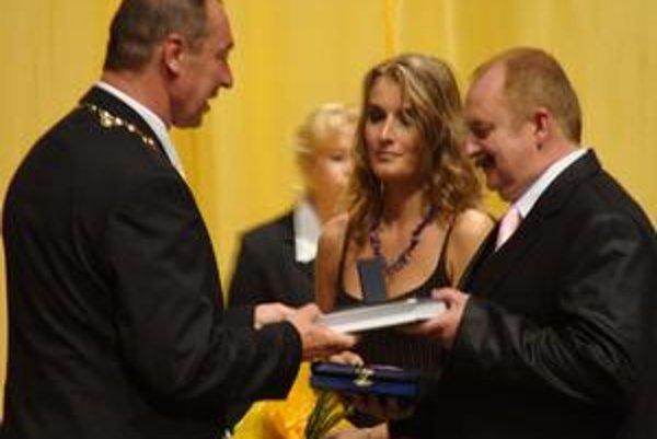 Ocenení. Cenu prebral Jozef Hurný.