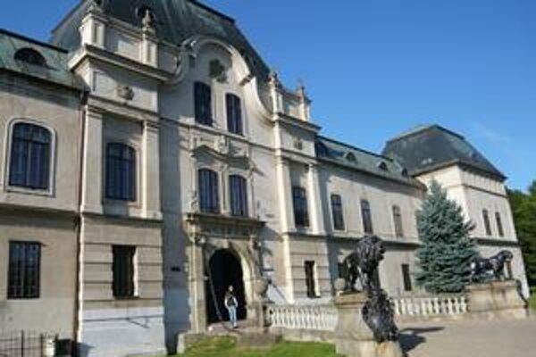 Humenský kaštieľ. Najviac ho preslávil rod Drugetovcov. Nedávno PSK investoval do opráv na statike budovy, výmene elektroinštalácie a kúrenia.