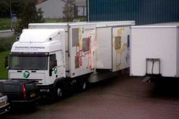 Mobilná ambulancia. V takomto kamióne sa do osád môžu dostať zdravotníci a priamo na mieste nielen ošetrovať, ale aj šíriť osvetu a zlepšovať tak hygienické návyky ľudí z osád.