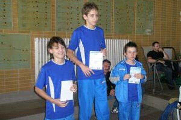 Humenská trojica. Príjemný pohľad - zľava strieborný Matej Micikaš, zlatý Filip Levický a Adam Tóth s bronzom.