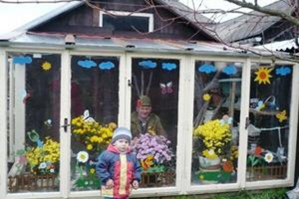 Skleník. Michalovi Balogovi vnúčence vyzdobili skleník za domom.