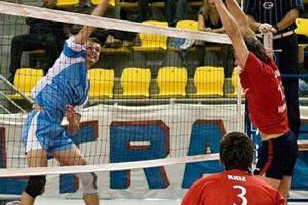 Erik Digaňa. Humenčan v prešovských farbách (vľavo smečuje) odohral dobrý zápas.