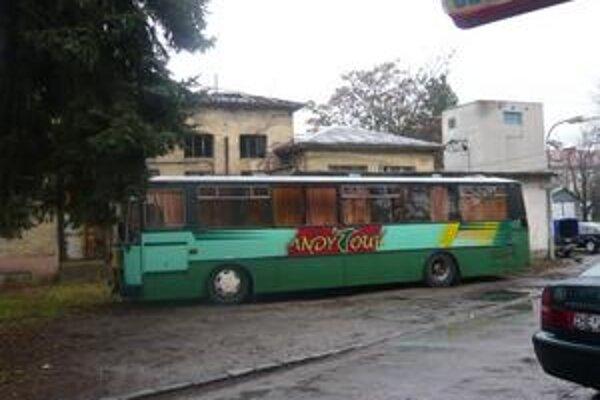 Nevhodné. To si myslia o zaparkovanom autobuse v areáli nemocnice naši čitatelia.