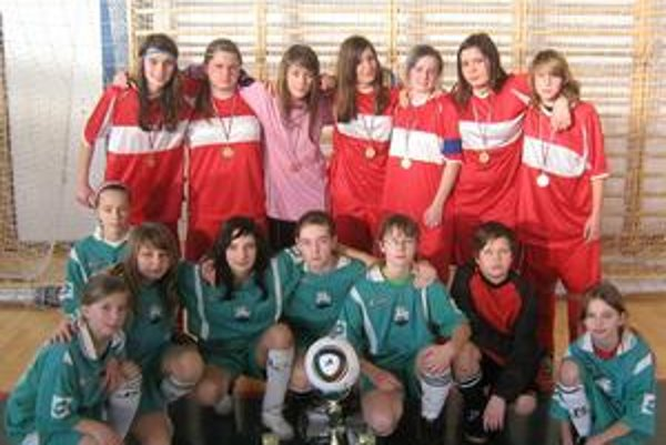 FO Ajax Pakostov. V hornom rade majsterky Slovenska, v podrepe ich mladšie kolegyne, ktoré skončili tesne za stupňom.