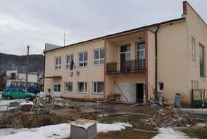 Vyberajú farbu. Obyvatelia Kochanoviec sa doteraz rozhodovali, akú farbu vyberú na fasádu svojho kultúrneho domu. Po zateplení bude asi do zelena - podľa farieb v erbe obce.