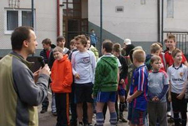 Salezián Maroš Husár víta chlapcov a otvára ligu.