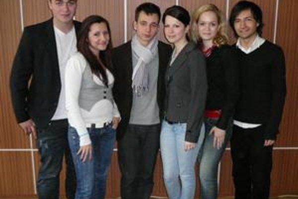 Debatéri. Zľava Janko, Barbora, Martin, Veronika, Maruška, Miro.