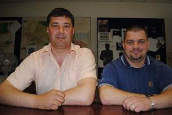 Razancia. Len vďaka nej sa Ladislav Fedič (vľavo) a Maroš Holúbek dostali v priebehu niekoľkých sekúnd do blízkosti muža, ktorý hazardoval so životom.