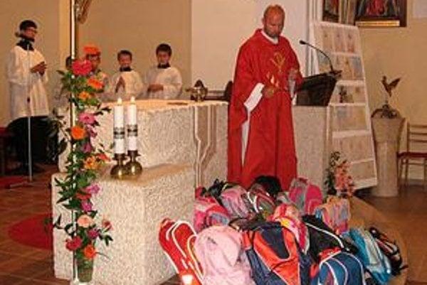 Aktovky.Požehnával ich kňaz v každej obci farnosti. Hoci pre mnohých ide o novinku, deti z Ohradzian, Sopkoviec, Černiny, Baškoviec, Víťazoviec a Slovenskej Volovej takto už niekoľkýkrát začali školský rok.