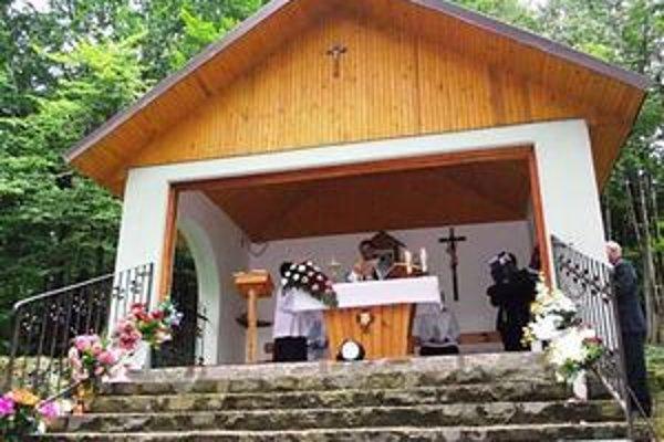Obrázok. Na tomto mieste vo Vihorlatských vrchoch sa konajú sväté omše.