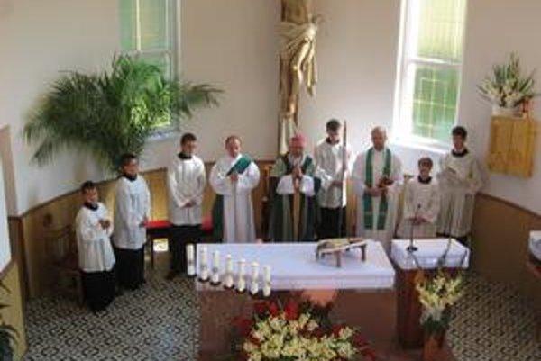 Kostol v Gruzovciach. Nová fasáda, ihlanovitá strecha a antikorový kríž. Zrekonštruovaný chrám požehnal emeritný arcibiskup Alojz Tkáč.
