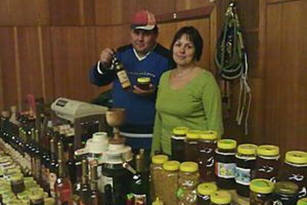 """V znamení včiel. Sladko sa žije včelárovi Františkovi Vitalioszovi. Po svojom boku má manželku, ktorá jeho koníčku rozumie. """"Aj jej starý otec bol včelár,"""" prezradil nám František. Dodal, že v ich rodine je med nadovšetko: """"My ani cukor nepoužívame."""""""