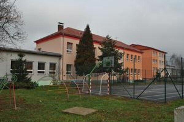 Ako nová. ZŠ v Topoľovke je vynovená zvonku aj zvnútra. Toto multifunkčné ihrisko si urobila škola s obcou svojpomocne. Zapojil sa každý, kto mohol.