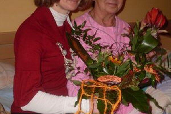 Sestra Anka Kušnírová s pacientkou. Pacienti a ani kolegovia si ju nevedia vynachváliť.