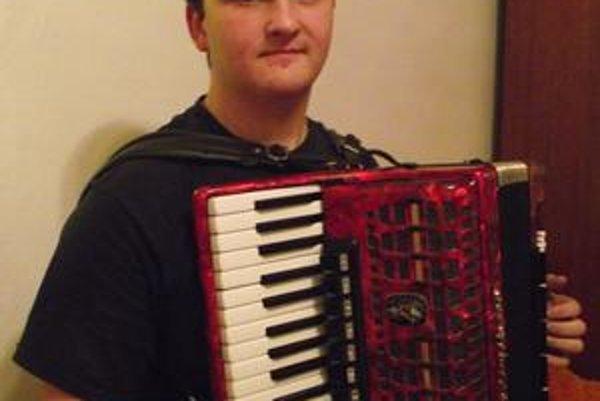 Janko Ferko. Má krásnych sedemnásť, ale smelé plány o kariére hudobníka už musel odložiť. Budúcnosť si spája s akordeónom aj naďalej, ale už len ako s koníčkom. Chlapec z vidieka to ľahké nemá.