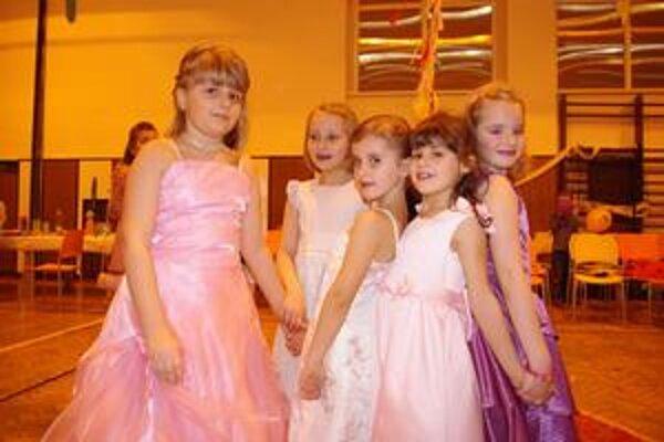 Šaty, vlasy, mejkap, nechty... Dievčatá sa dôkladne pripravili a s pomocou mamičiek sa premenili na mladé dámy.