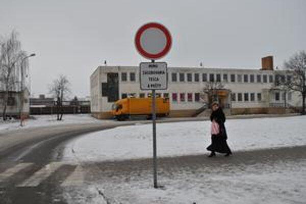 Zákaz zrušia. Okresný dopravný inšpektorát má odsúhlasiť zrušenie tejto značky, ktorú Tesco pred svojou obslužnou komunikáciou osadilo len nedávno, v polovici januára.