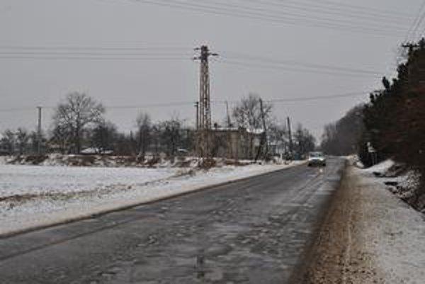 Pohľad z Jasenova. Vľavo je Jasenovská ulica, kadiaľ by mala viesť preložka 1/74 Brekov - Humenné. Pred nami je pohľad na križovatku, ktorú vidia projektanti v budúcnosti ako mimoúrovňovú.