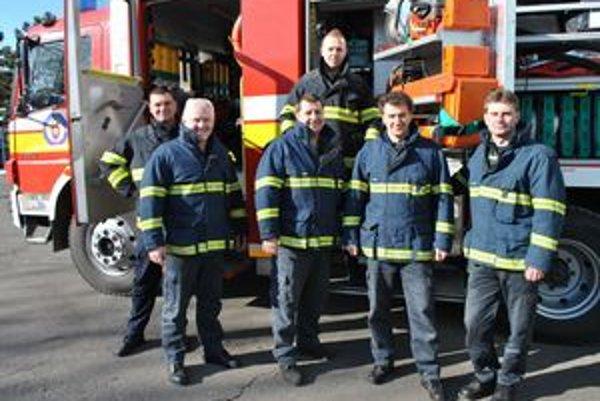 """Spokojní s ich profesionalitou aj ľudským prístupom. Táto partia hasičov milo prekvapila Cyrila Barnišina, keď rýchlo zabránila požiaru rodinného domu jeho mamy v Turcovciach. """"Patrí im naše poďakovanie!"""" povedal."""