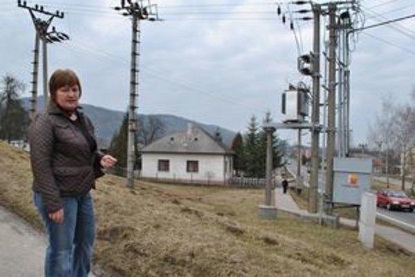 Nové zariadenia. Jana Mažeriková vraví, že Východoslovenská distribučná na jej pozemku postavila aj túto rozvodnú skrinku a inštalovala nové zariadenie na stĺpe pri ceste. Podľa hovorkyne však všetky zariadenia postavili do roku 1990.