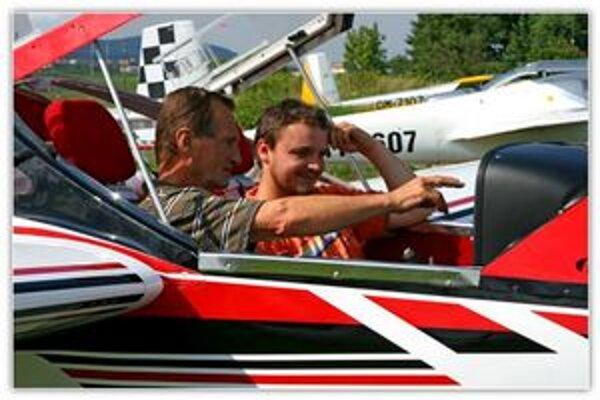 Letecký inštruktor s budúcim pilotom.