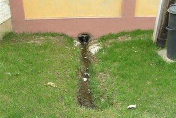 Prekážka. Podľa hovorkyne Fitzekovej je tento výtok z priepustu do kanála, ktorý je prehradený plotom s 30 centimetrovým otvorom na odtok vody prekážkou v jej plynulom odtekaní.