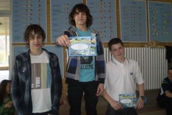 Kompletný stupeň. Na 100 metrov znak boli najlepší iba Humenčania. Zľava strieborný Filip Levický, víťaz Matej Micikaš a tretí Tibor Hodbod.
