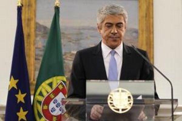 Odstupujúci premiér José Socrates požiadal o pomoc.