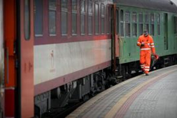 Železničnej spoločnosti Slovensko sa nepodarilo vyškrtať toľko vlakov, ako plánovala. Tento rok ju preto čaká 10miliónová strata.