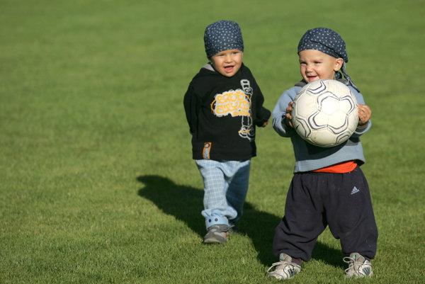 Títo futbalisti sú ešte malí, no keď dorastú, na ich rozvoj budú potrebovať kluby peniaze.