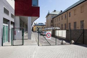 Plot na Satinského ulici, ktorá zrýchľuje presun medzi Dunajskou a Cintorínskou.