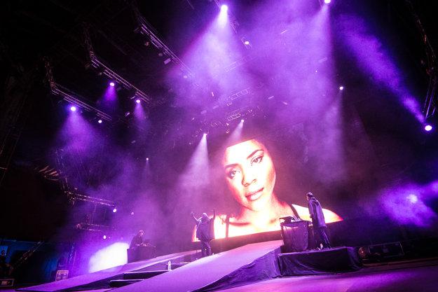 Za speváčkou sa počas celého koncertu premietali portréty žien.