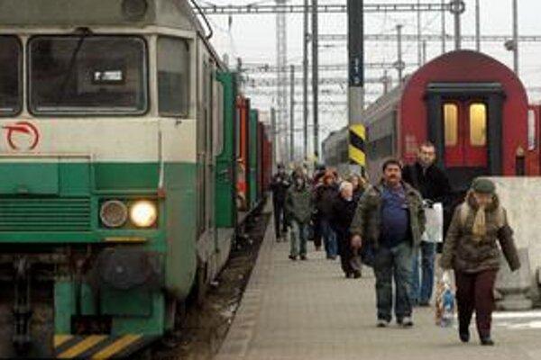 Vrcholoví manažéri v podnikoch s účasťou štátu majú byť odmeňovaní najmä podľa podielu zisku na tržbách. Ekonómom sa nový model nezdá aj preto, že niektoré firmy, napríklad železničné spoločnosti, dostali od štátu dotáciu.