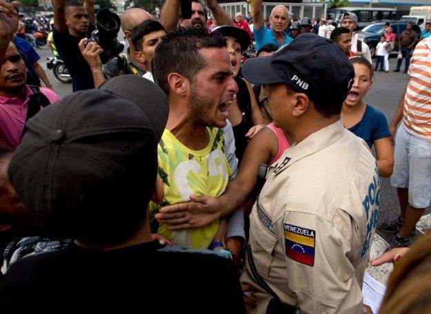 Dlhé čakanie a problémy s nedostatkom všetkého spôsobuje aj nepokoje medzi ľuďmi a políciou.