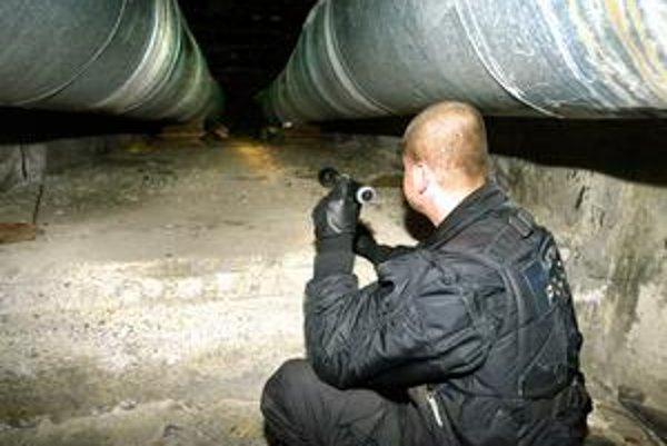 Policajti zvyknú robiť obhliadky teplovzdušného potrubia vedúceho zo zvolenskej teplárne kvôli bezdomovcom. Teraz by sa mali zamerať na tepláreň.