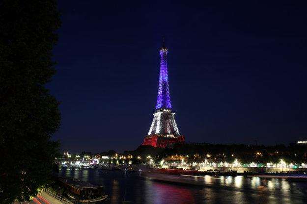 Eiffelovova veža v národných farbách na počesť obetiam teroristického útoku.