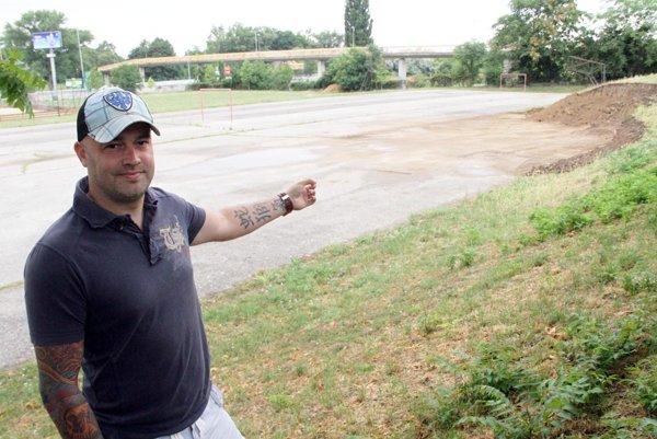 Manažér klubu Stanislav Petrík ukazuje na miesto, kde bude stáť hokejbalové ihrisko, nový domov Rytierov. Je v areáli ZŠ kráľa Svätopluka.