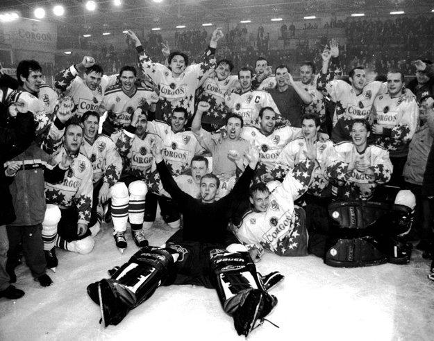 Oslavy postupu do najvyššej súťaže v sezóne 2000/2001.