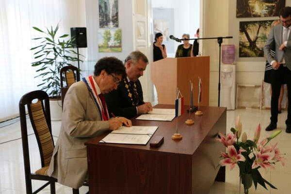 Primátori oboch miest. Slávnostným aktom podpisovania sa dohoda sformalizovala.
