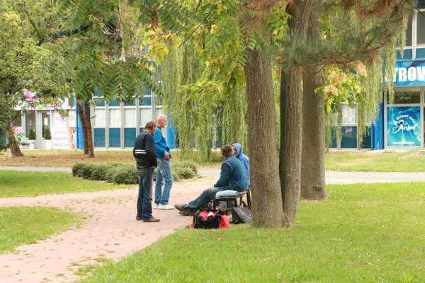 Bezdomovci v Michalovciach. Okrem námestia sa zvyknú zdržiavať aj pri pošte, bankách, nákupných centrách či parkoch.