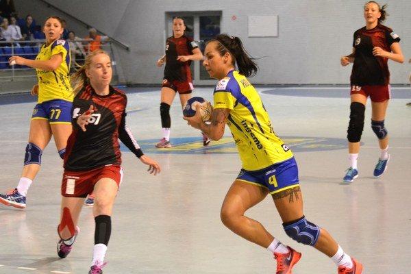 Za tri dni nezaváhali ani raz. Mária Holešová (s loptou) dala v troch dueloch 17 gólov.