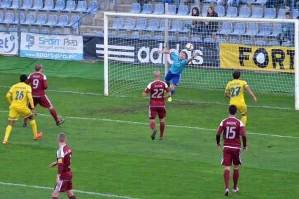 Na snímke prvý zľava hráč Michaloviec Vernon De Marco strieľa prvý gól brankárovi Podbrezovej Martinovi Kuciakovi.
