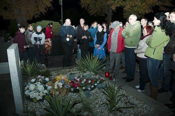 Špacirkári si uctili padlých hrdinov. Pri hrobe  slovenských vojakov partizánskej skupiny Kriváň.