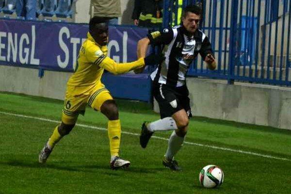 Strelec rýchleho gólu. Emmanuel Mensah (vľavo) v súboji s Myjavčanom Ľubošom Kolárom.