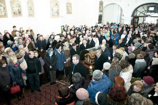 Očakávali príchod sv. Terézie. Veriaci v rímskokatolíckom kostole.